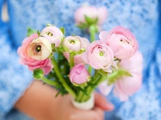 Компания Карелгранит милых женщин с 8 марта!